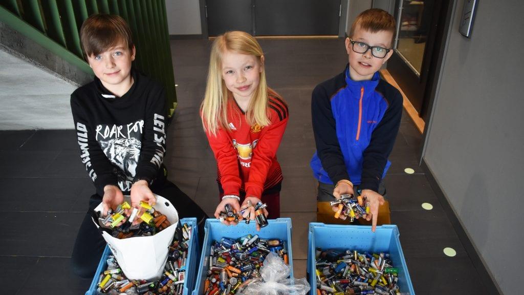 VIKTIG BIDRAG: Birk Hansæl, Maja Bråten Lilleeggen og Ola Neslund Øverland mener det er viktig at batteriene ikke havner i naturen. Alle foto: Torstein Sagbakken.