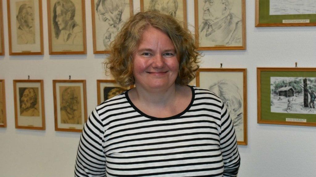 LETER VIDERE: Kultursjef Anette Friis Pedersen fortsetter jakten på ny biblioteksjef. Foto: Torstein Sagbakken
