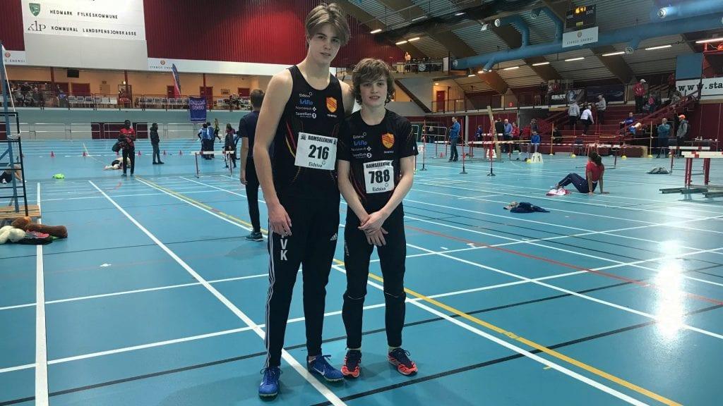 FLOTT HELG: Fillip Vaa Kjeldsberg og Esten Hansen-Møllerud Hauen synes det var morsomt å komme i gang med friidrett under Bamselekene i Stangehallen. Foto: Privat.