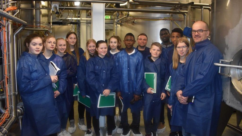 FLØTEFORSENDELSE: Elever i åttendeklasse ved Alvdal ungdomsskole skal hjelpe Synnøve Finden med avviket gjeldene fløteforsendelser. Alle foto: Torstein Sagbakken.