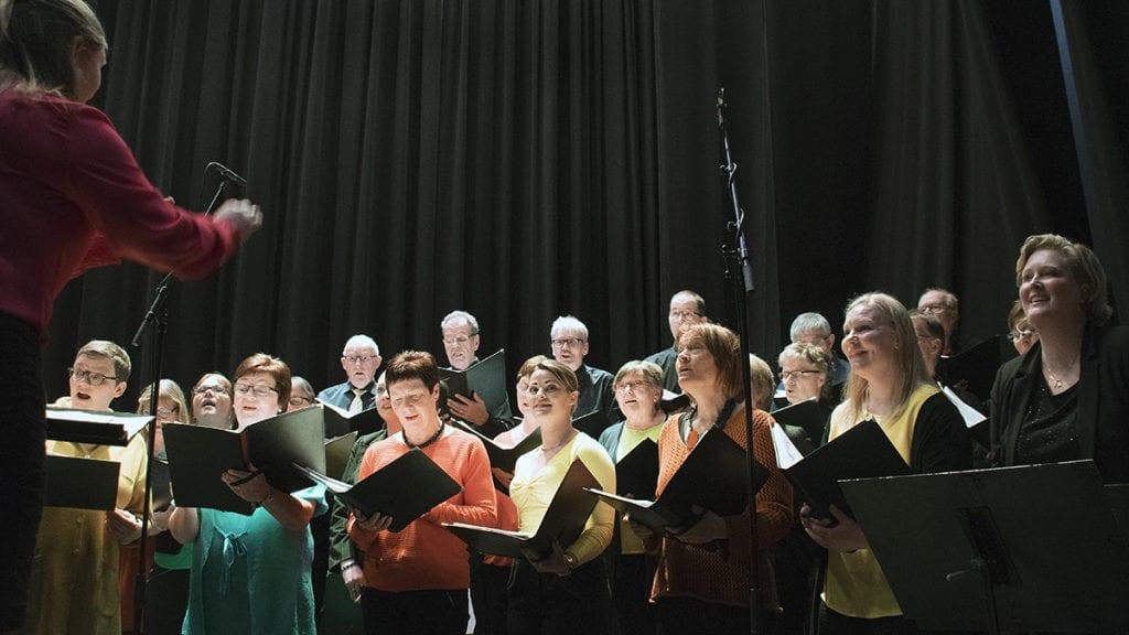 SANGGLEDE: Blandetkoret oser av glede når de slipper seg løs i sangen. Foto: Tore Rasmussen Steien