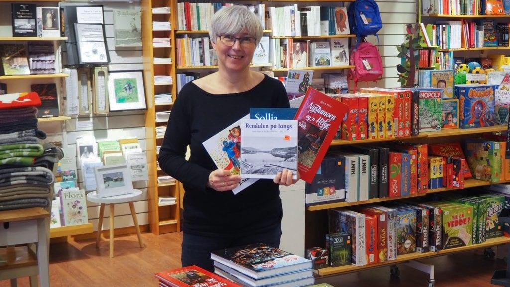 KLAR FOR SALG: Irene Tronslien er klar for mammutsalg med over 25 lokale titler. Foto: Audun Jøstensen Lutnæs