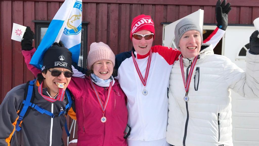 SPREKE OG GLADE: Cristian Haugland, Emilie Tollefsen, Rolf Steihaug og Petter W. Aaslund hadde en flott helg under Peder Morsets vinterleker. Alle foto: Privat.