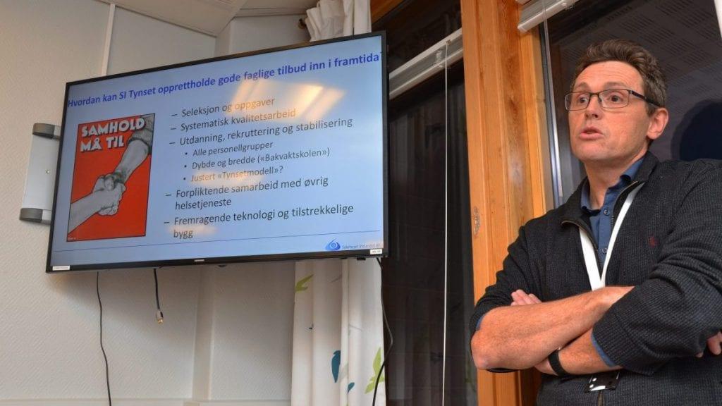 VISJONER: Leder i jubileumskomiteen, Oddbjørn Øien, inviterer til markering av 100-års sjukehusdrift i Tronsalen. Foto: Erland Vingelsgård