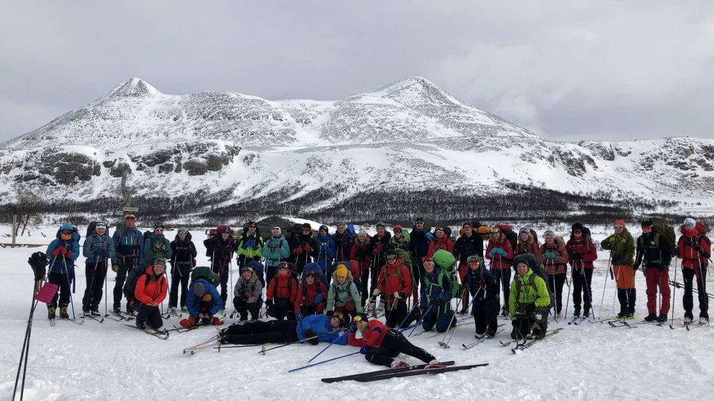 FIN TUR: Tiendeklassingene ved Alvdal ungdomsskole hadde en flott snøhuletur i Alvdalsnaturen. Alle foto: Privat.