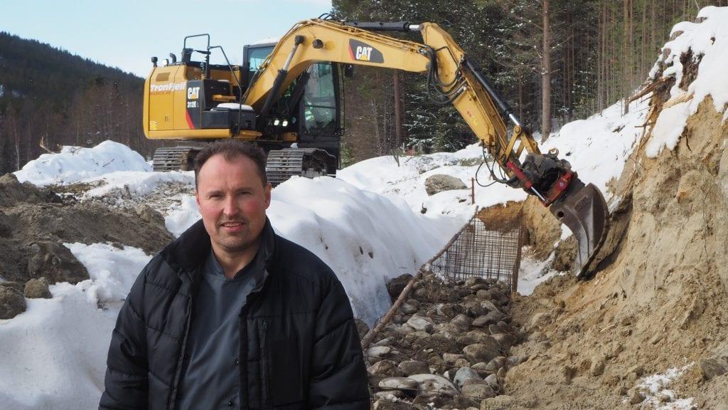 TENKER STORT: Ståle Måntrøen viser fram byggeplassen som snart skal bli et 270 kvadratmeter stort drivhus. Foto: Audun Jøstensen Lutnæs