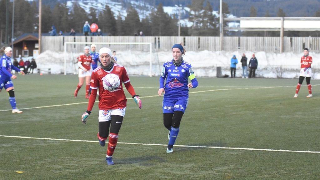 UTFORDRING: Alvdals kaptein, Hedda Karine Nerby, og de andre forsvarspillerne til Alvdal hadde mer enn nok med å stoppe Ingrid Kleppo Vangen (i rødt) og de andre tynsetspillerne. Foto: Jan Kristoffersen