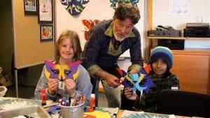 MASKER: Jonas Roman fra Mexico lærer Ellen Telneset og Aksel Sankar Øyan å lage flotte papirmasker. Bildet er fra Barnas verdensdager i fjor. Foto: Anne Skjøtskift