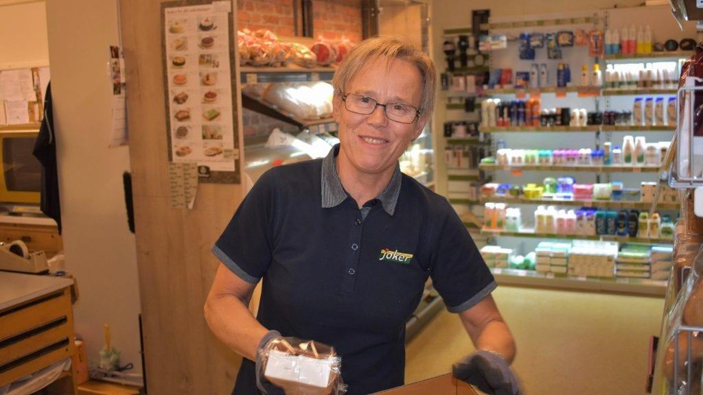 BRA PÅSKE: Astrid Dæhlie på Joker sier det har vært bra med påsketrafikk innom hennes butikk. Arkivfoto: Torstein Sagbakken.