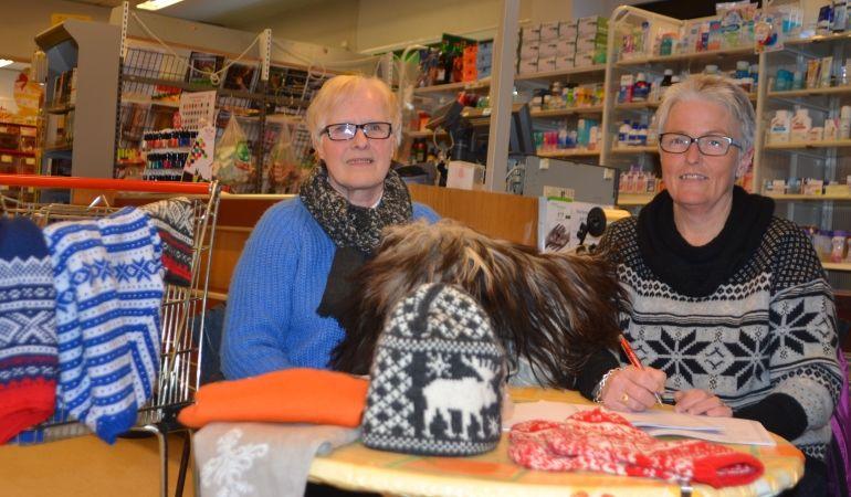BASAR: Strømmen Kretslag inviterer til basar for å ta vare på Basheim. Fra venstre: Else Kindølshaug og Else Helen Lillestrøm. Arkivfoto: Ole Sylte Heggset.