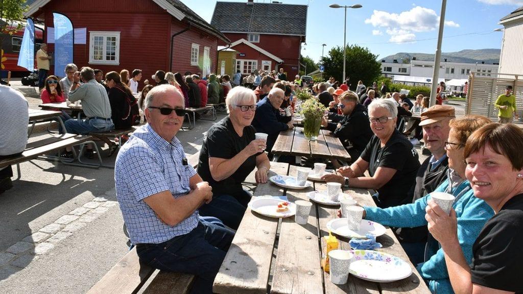 MAT ER VIKTIG: Folk strømmet til da Alvdal bygdekvinnelag dekket opp til frokost under Sommertoget 2017. Lørdag morgen serverer de på ny gratis frokost. Foto: Tore Rasmussen Steien.