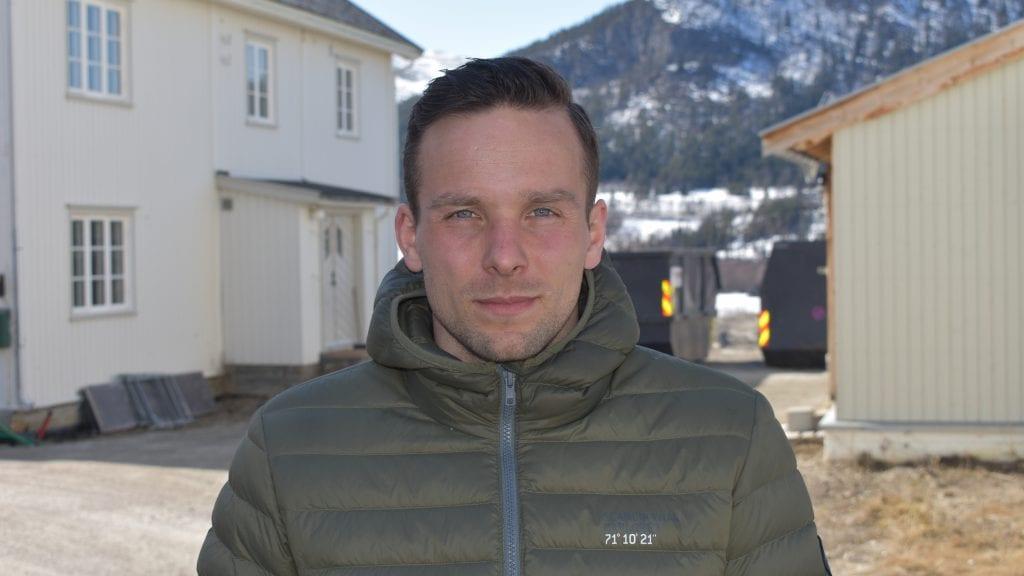 KONTRAST FRA HVERDAGEN: Marius Rosmæl synes det er godt å komme hjem når det er påske. Alle foto: Torstein Sagbakken.