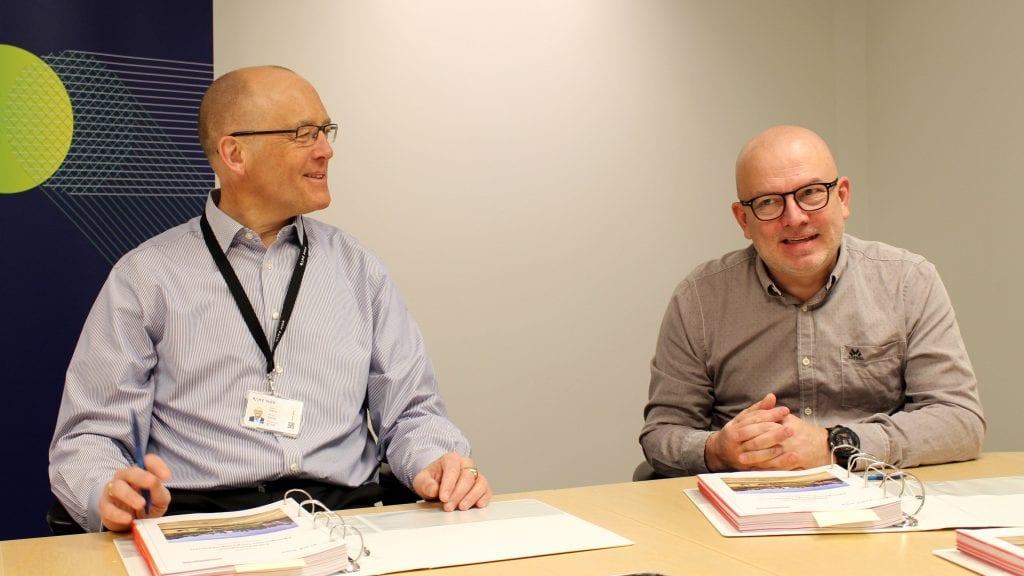 VERDIFULL AVTALE: Sverre Kjenne, i Bane NOR, og Magne Trønnes, i Gjermundshaug Bane, har signert en avtale verdt 70 millioner kroner for Alvdalsfirmaet. Foto: Privat.