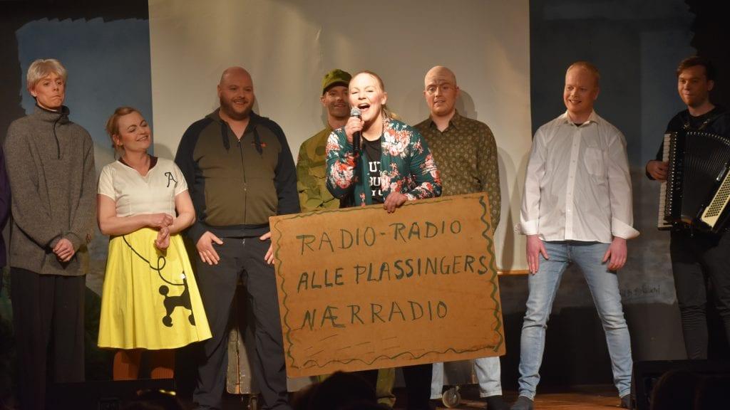 VELFORTJENT ROS: Revygjengen som står bak Gundelachtrøa Nærradio fikk stående applaus etter siste nummer, og det var fullt fortjent. Alle foto: Torstein Sagbakken.