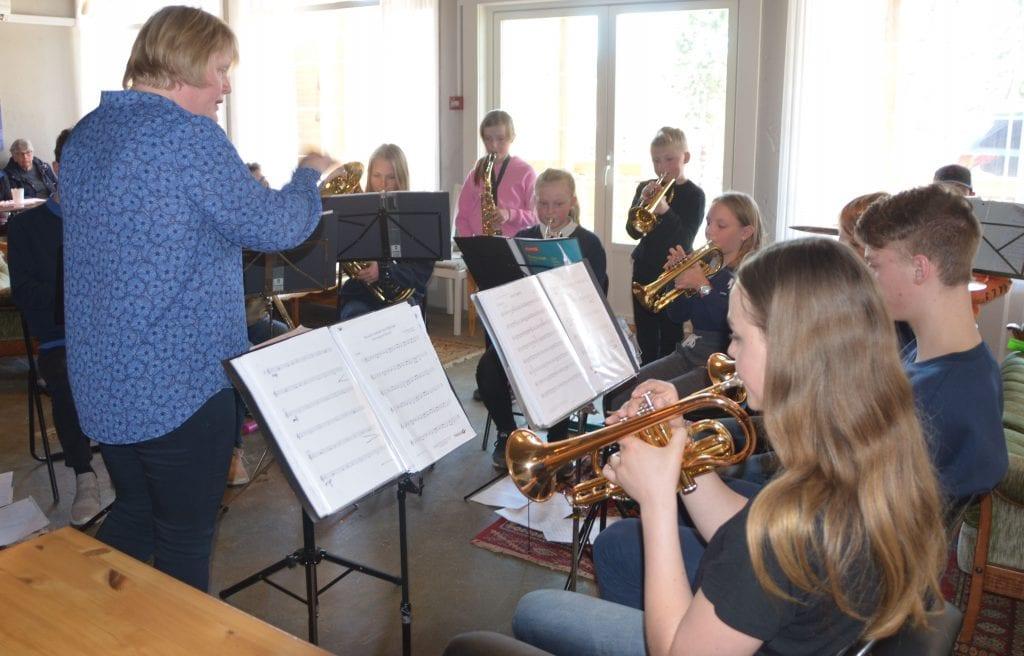 IKKE MANGE, MEN VELDIG FLINKE: Skolekorpset, under kyndig ledelse av Signe Marie Feragen, imponerte alle de fremmøtte under lørdagens påskekonsert. Foto: Trine Asphaug