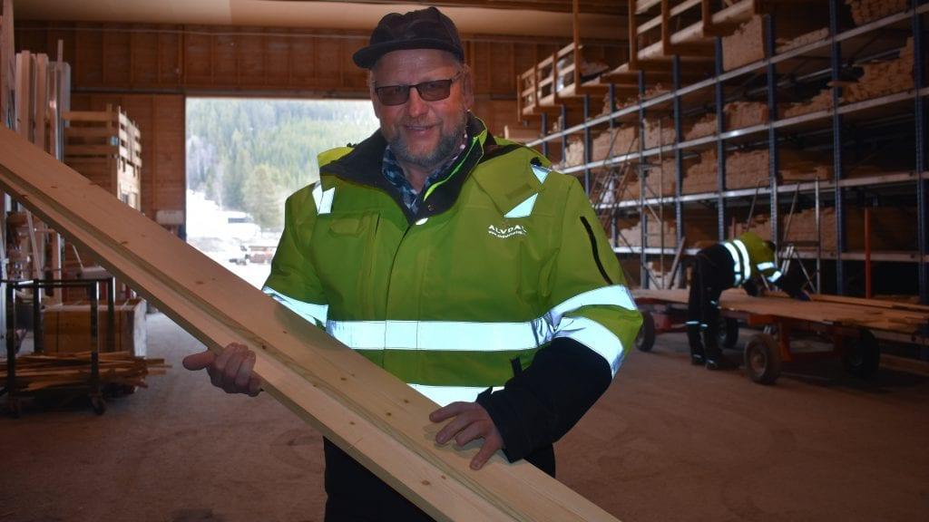 KLAR FOR KURS: Lars Solheim skal hjelpe barn og unge til å bygge fuglekasser. Foto: Torstein Sagbakken.