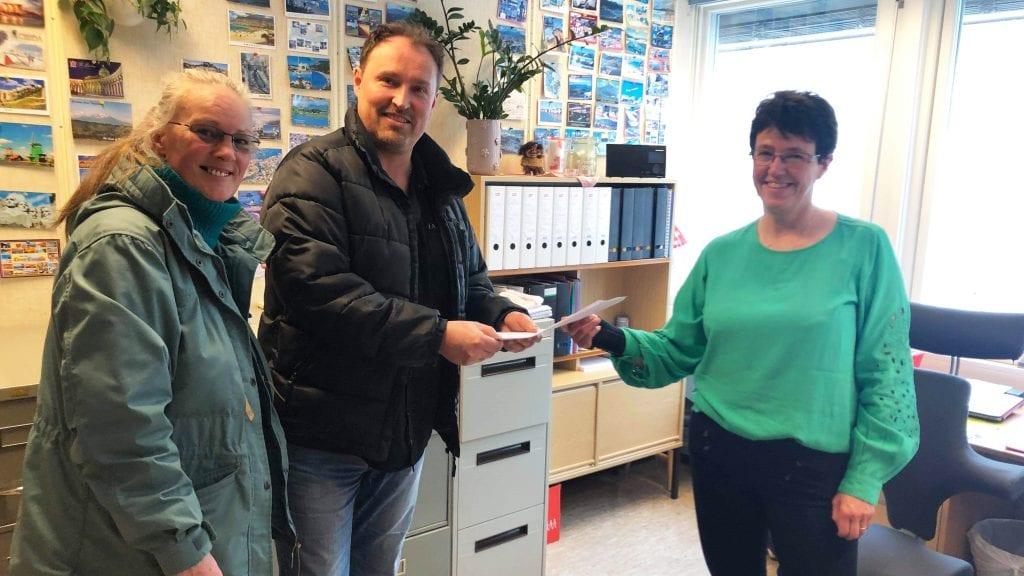 LEVERT LISTA: Anne Vanem og Stål Måntrøen lever mandag den rykende ferske MDG-lista til Alvdal kommune. Foto: Privat.