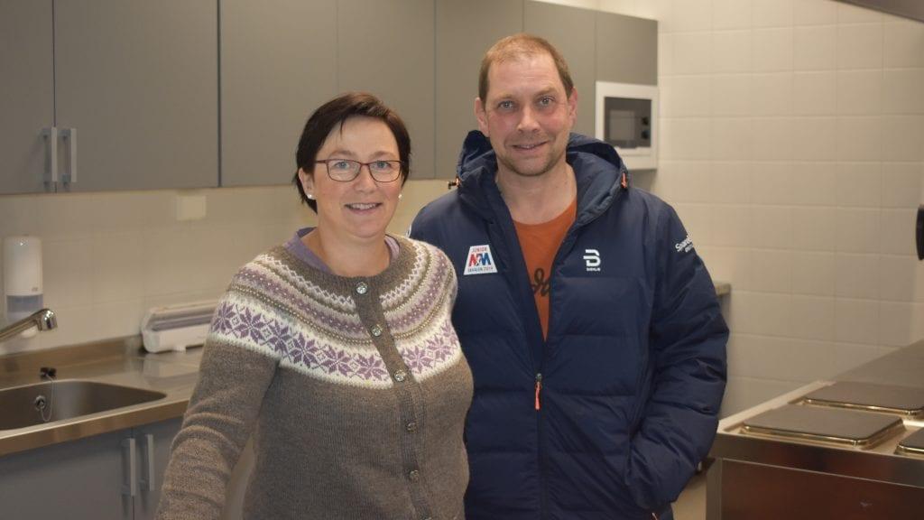 GRATIS SKOLELUNSJ: Sp-toppene Mona Murud og Leif Langodden mener elevene ved barneskolen kunne ha godt av gratis skolelunsj. Foto: Torstein Sagbakken.