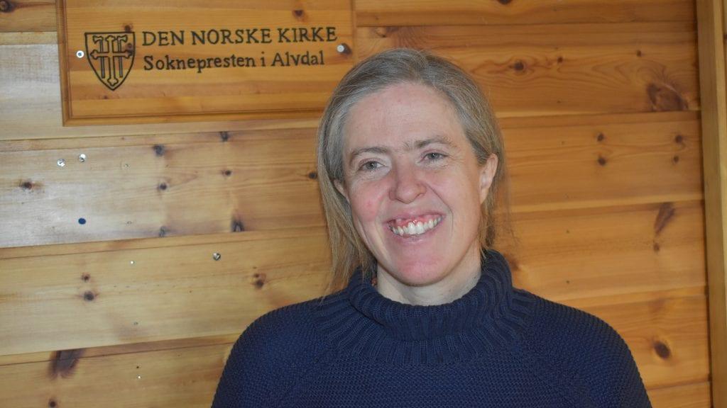 GLAD FOR Å VÆRE PÅ PLASS: Den nye presten i Alvdal, Kristine Berg, er glad for å være i gang med jobben i Alvdal, og søndag skal hun innsettes. Foto: Torstein Sagbakken.