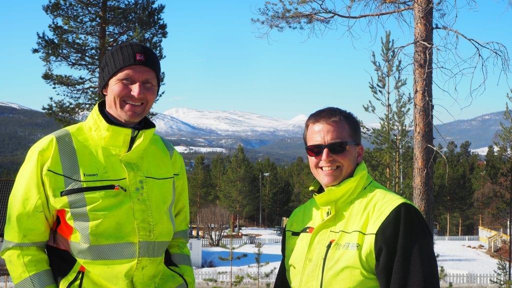 UTSIKT: Tommy Stormoen og Per Erik Lillestrøm viser fram noe av utsikten man kan få i Solhellinga boliggrend. Foto: Audun Jøstensen Lutnæs
