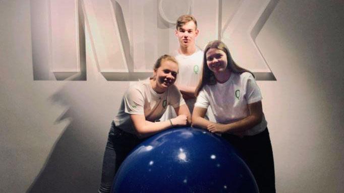 QUIZERE: De tre representantene fra Alvdal ungdomsskole Øyvind, Gina Rikarda og Malin gjorde en god innsats i årets klassequiz. Foto: privat.