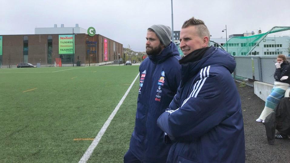 MOTIVERTE: Trenerne Inge Thoresen Tannåneset og Kristian Dalen motiverte spillerne sine gjennom kampen, men poengene uteble. Foto: Torstein Sagbakken.