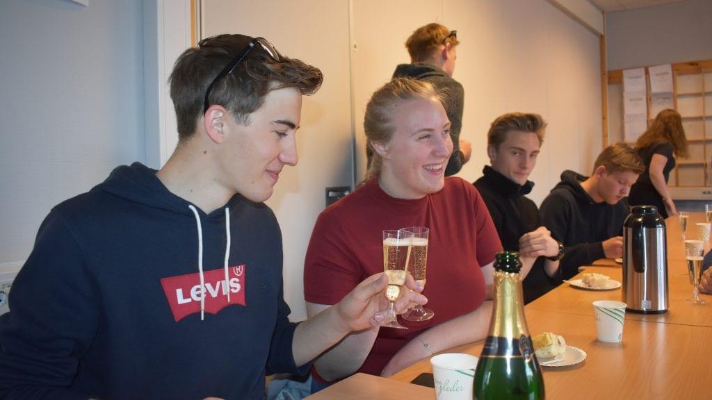 EN VELFORTJENT SKÅL: Audun Murud og Silje Elise Østensen tok seg en skål for å feire UB-suksessen under NM for ungdomsbedrifter. Alle foto: Torstein Sagbakken.