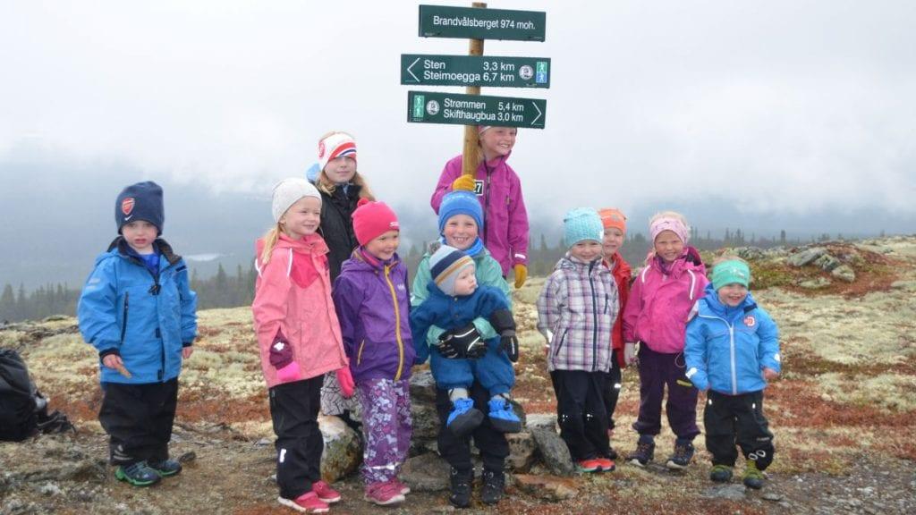 BRANDVÅLSBERGET (972 MOH): Disse spreke ungene lot seg ikke stoppe av regntung værmelding. De tok lunsjen og tursjokoladen på toppen av Brandvålsberget søndag. Foto: Trine Asphaug