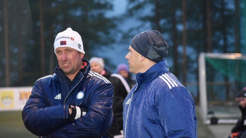 MOTIVERTE LAGET: Trenerduoen Juel Phillips og Erik Brekstad motiverte spillerne sine i nitti minutter, men det holdt ikke til poeng hjemme mot Røros torsdag kveld. Foto: Torstein Sagbakken.