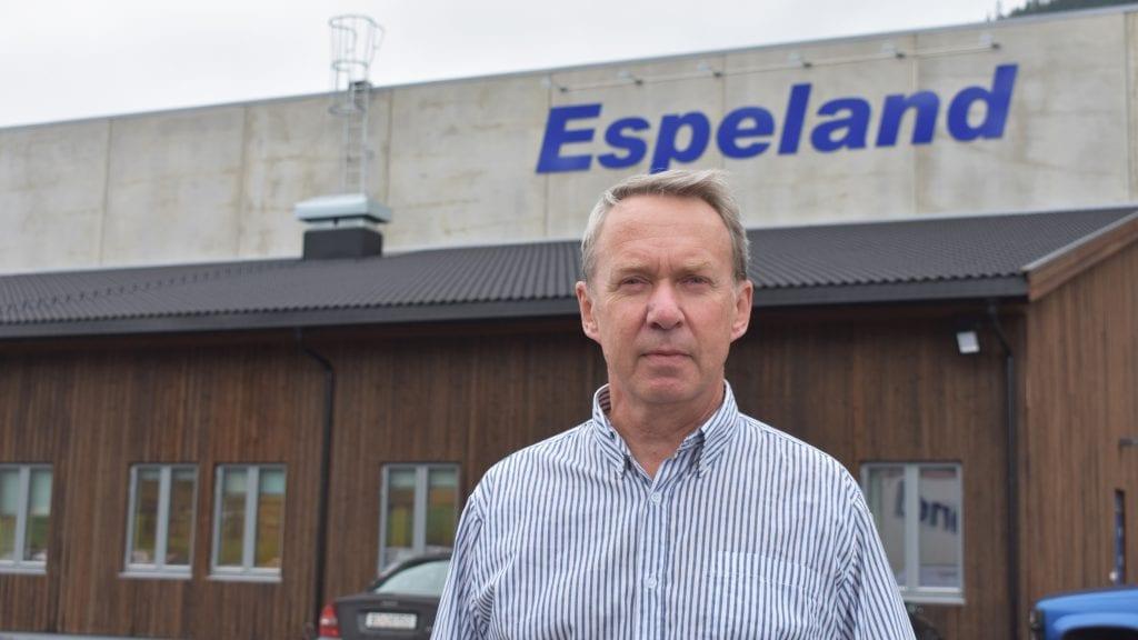 KLAR FOR JOBBEN: Kjell Owrehagen har jobbet tre uker som daglig leder i Espeland Transport. Det har vært mye å sette seg inn i. Foto: Torstein Sagbakken.
