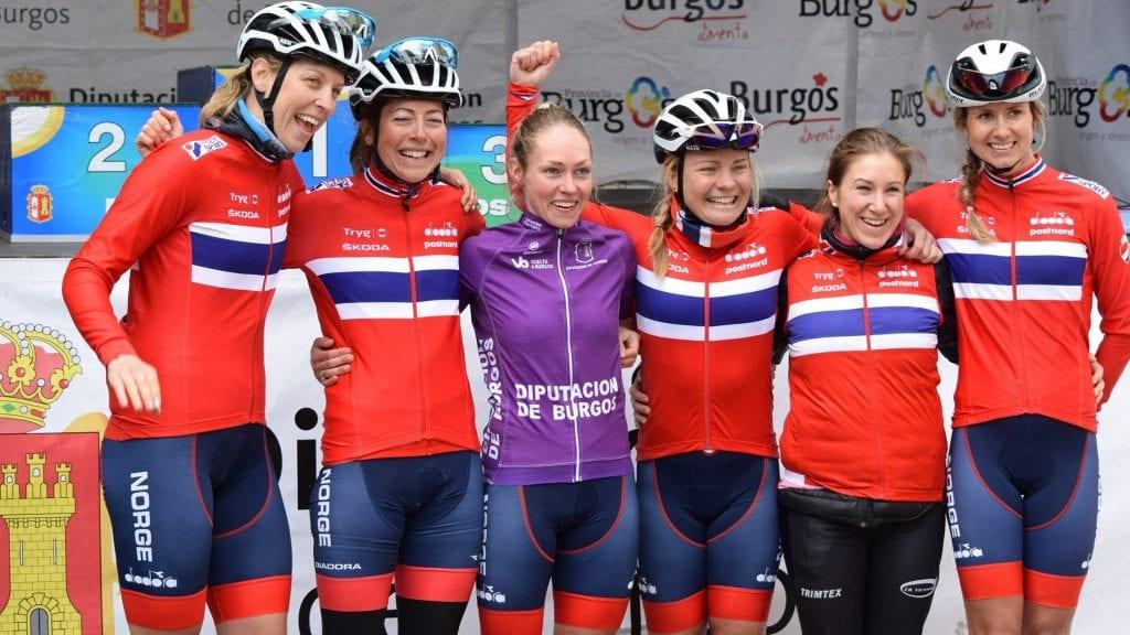 VELFORTENT JUBEL: Julie Meyer Solvang (til venstre) og resten av lagvenninne i Hitec/Norge kunne juble for en sensasjonell sammenlagtseier Vuelta a Burgos. Alle foto: Privat.