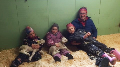 TOR STAS: Plassen barnehage synes det var stor stas å besøke nyfødte lam. Alle foto: Privat.