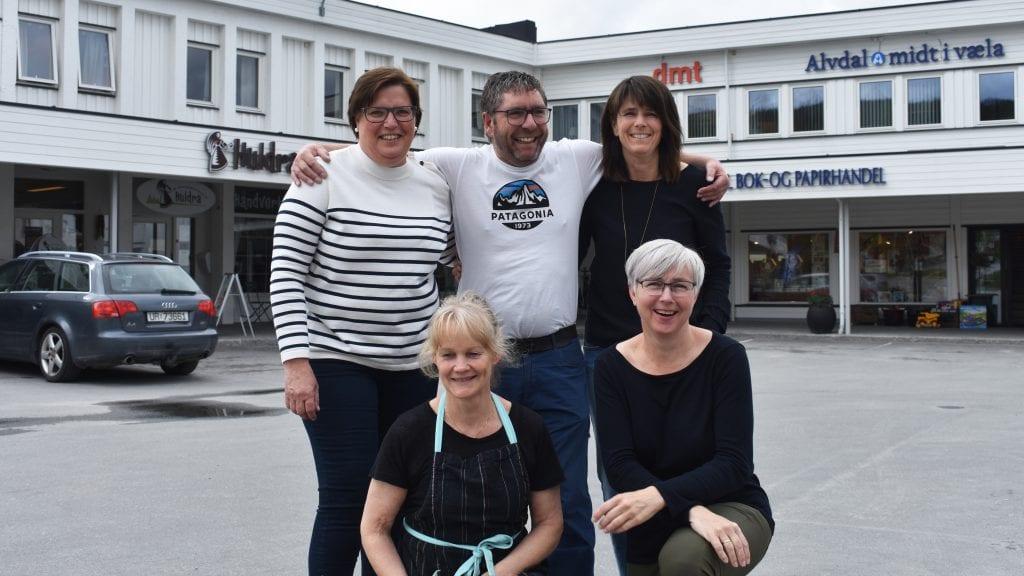 LIV OG RØRE: Eline Maana, Stein Halvorsen, Mette Skovro Thoresen, Elin Børsheim og Irene Tronslien håper på yrende liv i Alvdal under Midtsommerdagene. Foto: Torstein Sagbakken.