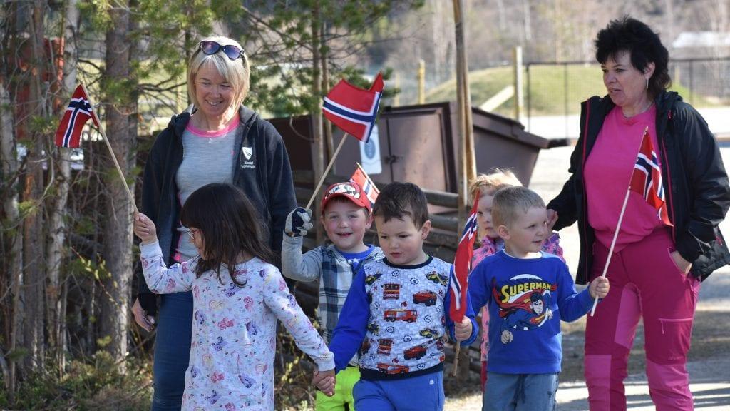 FEIRET PÅ FORSKUDD: Ungene i Plassen barnehage øvet seg på å feire 17. mai en dag i forveien. Alle foto: Torstein Sagbakken.