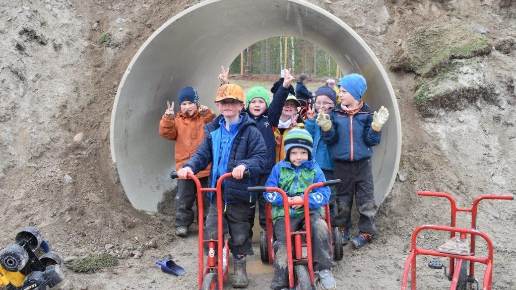 TUNNEL: Barna i Plassen barnehage gleder seg til tunnelen er helt ferdig. Den blir populær å sykle gjennom. Foto: Torstein Sagbakken.
