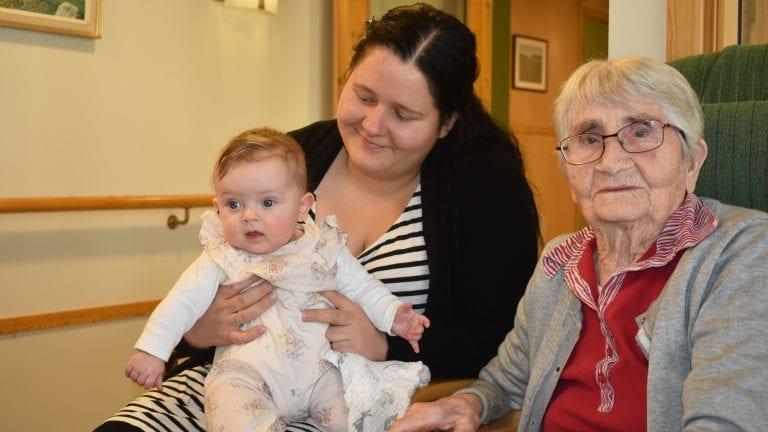 STOR GLEDE: Elfrid Flaten Edvardsen satte stor pris på at Mona Tannåneset tok med seg Ella Tannåneset Fjellberg på besøk. Det er til glede for tre generasjoner. Alle foto: Torstein Sagbakken.
