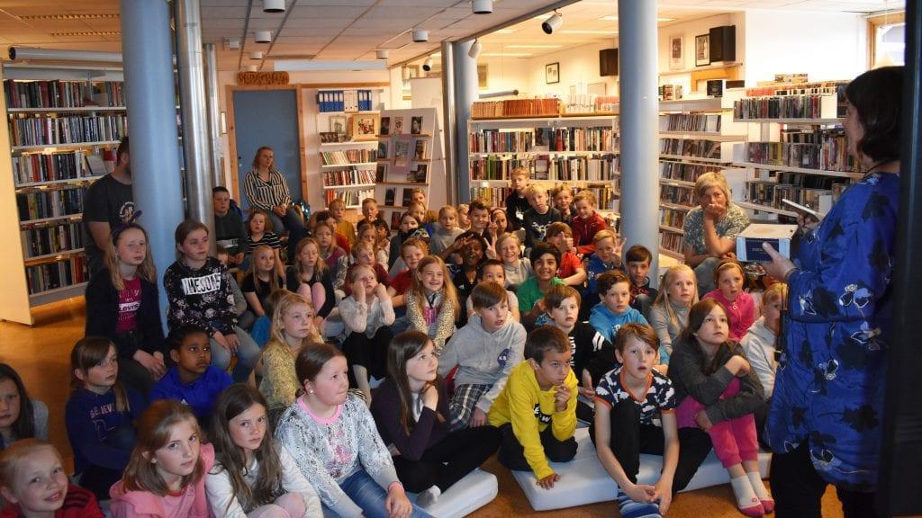 SOMMERLES: Tredje- og fjerdetrinn var onsdag på biblioteket for å få et møte med Sommerles 2019. Begge foto: Torstein Sagbakken.