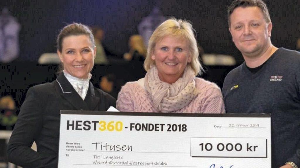 HEDRET: Tirill ble hedret av Märtha Louise og Geir Kamsvåg fra Hest360 under Norwegian Horse. Nå kommer hun for å åpne ridehallen. Festival. Foto: Hest 360