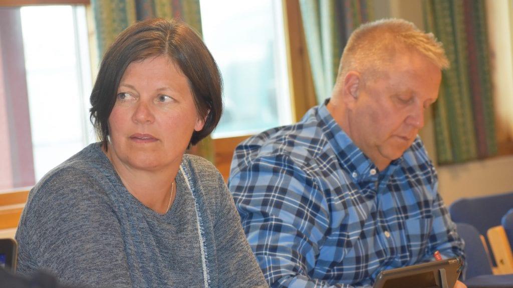 UENIG OG ENIG: Arbeiderpartiets Trine Vardenær Tharaldsteen og Arbeiderparties Ole Arne Sandli er begge enig i at uteplassen på Savalen er pent, men de var ikke enig i vedtaket. Foto: Torstein Sagbakken.
