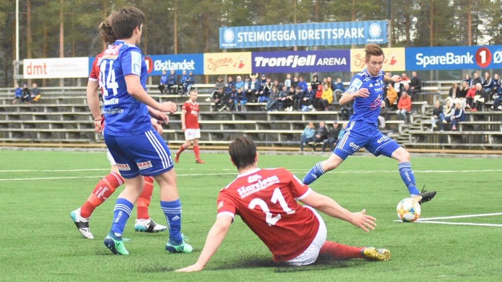 HJEMMEHELTEN: Martin Rosmæl Kløvstad (til høyre) scoret like gjerne tre ganger da Alvdal åpnet Tronfjell Arena med overbevisende 4-0 mot nabo Tynset 2. Foto: Jan Kristoffersen
