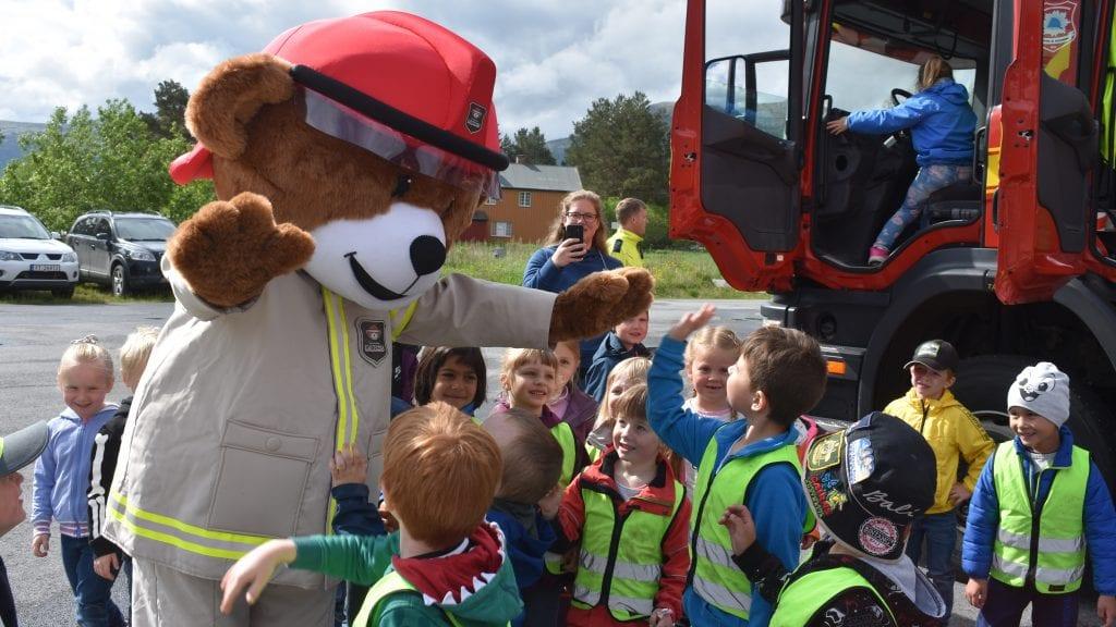 MORSOMT: Førskoleelevene i Alvdals barnehager hadde en morsom og lærerik dag da Brannbamsen Bjørnis dukket opp på brannstasjonen. Alle foto: Torstein Sagbakken.