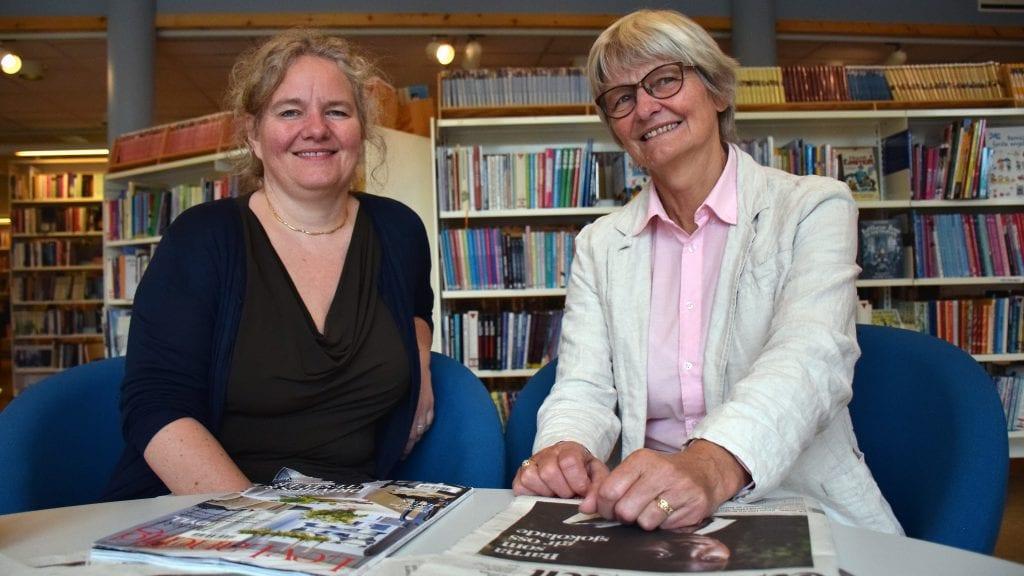 STENGER: Enhetsleder for kultur, Anette Friis Pedersen, beklager at biblioteket må holde stengt i sommer. Her sammen med pensjonert og vikarierende bibliotekar. Foto: Klara Skovro Thoresen