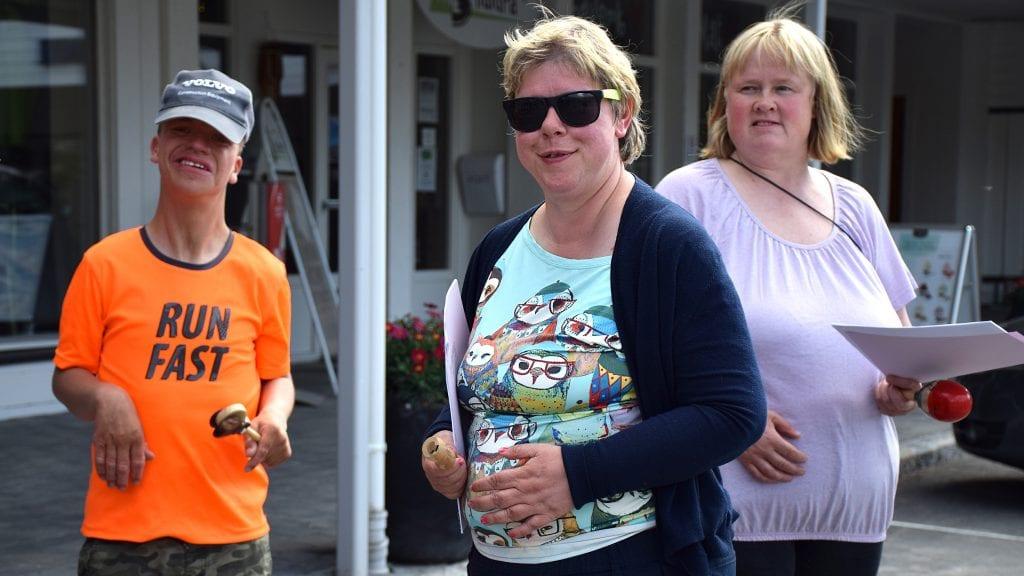 VANDREKONSERT: Auden Sollien, Merete Gjermundshaug og Helene Gulløien sang og spilte på Steia. Foto: Klara Skovro Thoresen