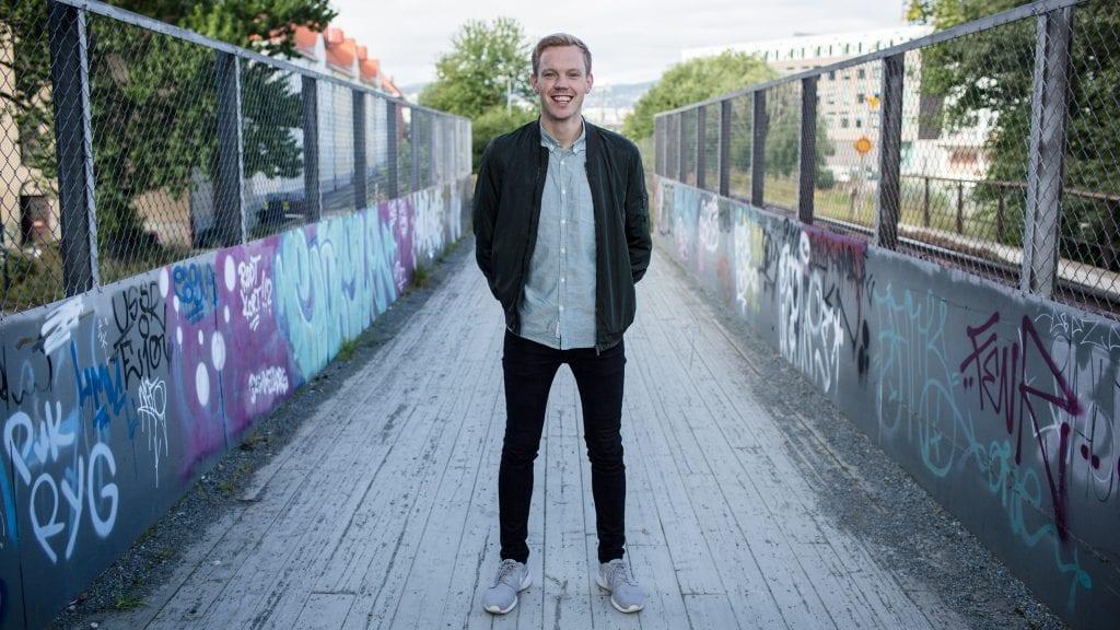 PRAT: Martin Holmen skal ha sofaprat med artistene på Livestock. Foto: NRK