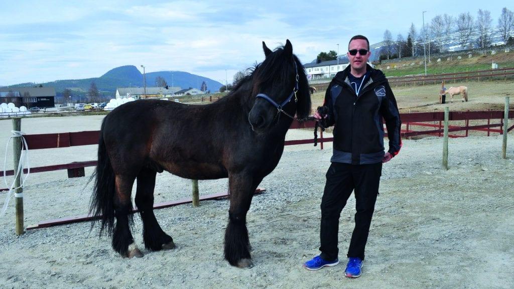 GLEDER SEG: André Nordhagen i Nord-Østerdal Hestesportklubb gleder seg stort til å vise fram ridehallen både for hest og folk under NM for Dølahest. Foto: Berit Margrete Kjølhaug