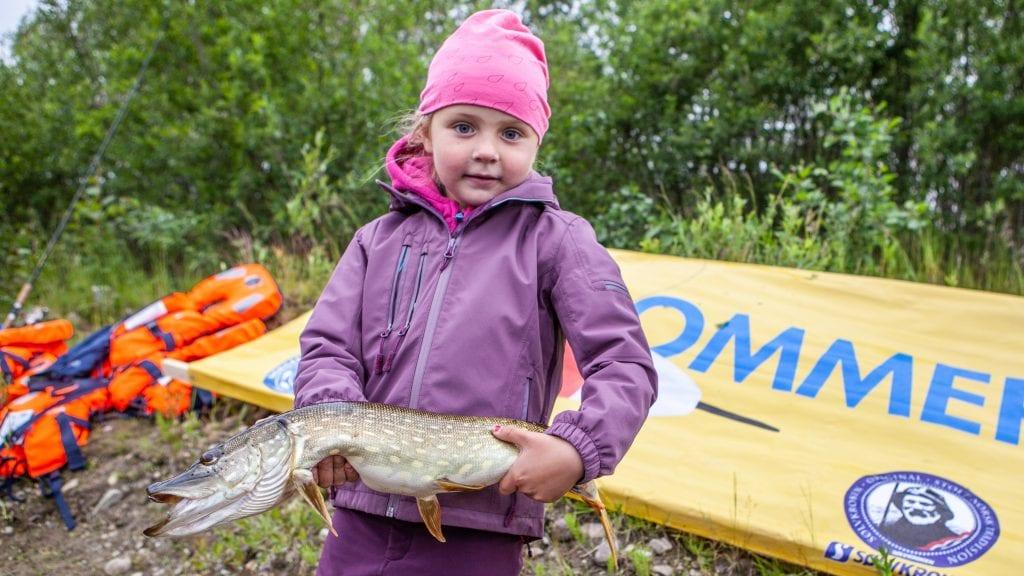 FØRSTE OG STØRSTE: Emmalin Lopez-Norin (5) fikk ei fin gjedde ved Sjulhusbrua under Sommerfiske-dagen med Alvdal JFF. Foto: Lars Vingelsgård