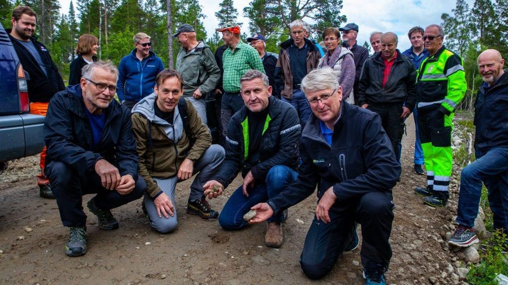 VEIHOLD: Foran fra venstre: Magne Sandtrøen, Anders Jensen, Jan Inge Gjermundshaug og Vidar Westum informerte om bruk, vedlikehold og reglement for skogsbilveier. Foto: Lars Vingelsgård