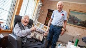 DAGENS AVISER: Hver dag leser Narve Sevilhaug (93) avisa på papir. VG får han når kameraten Ketil Stokdal kommer innom. Foto: Lars Vingelsgård