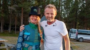 Jo Nesbø og Unni Wilhelmsen stod sammen på scenen fredag da Di Derre spilte for ni hundre publikummere på Stormoen Skytebane.