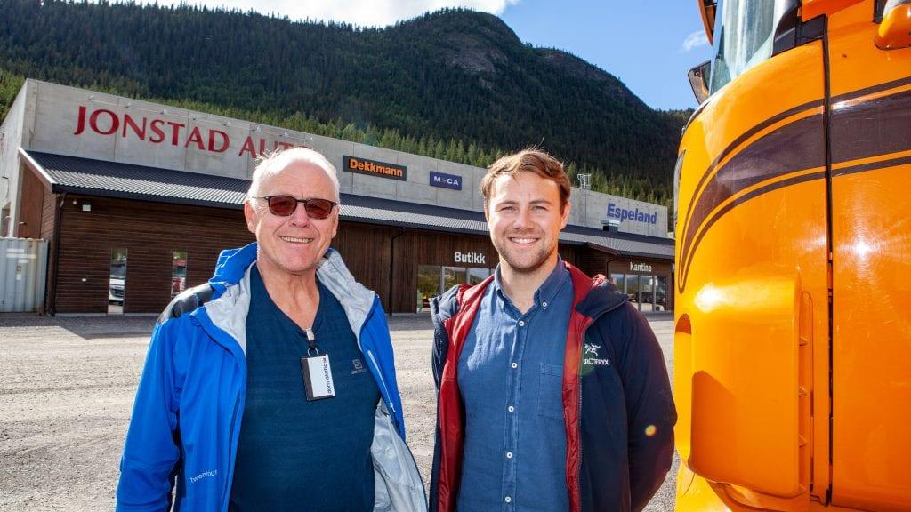 TRENGER SJÅFØRER: Inge Espeland og sønnen Kristian Espeland er stadig på jakt etter sjåfører til mer enn 55 vogntog Espeland transport har på veien i sommer. Foto: Lars Vingelsgård